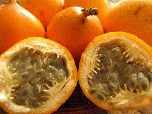 fruta grandilla cortada comida colombiana