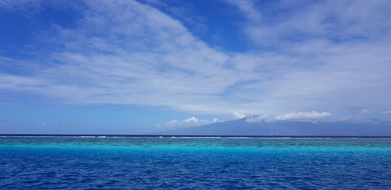 viagem para polinesia mar azul