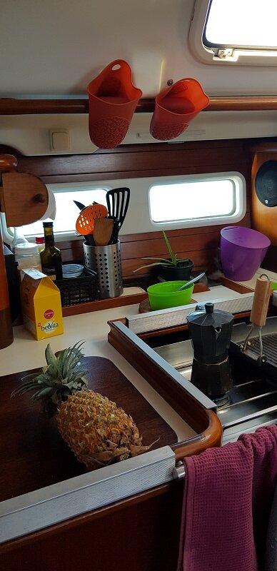 velejar na polinesia francesa cozinha barco