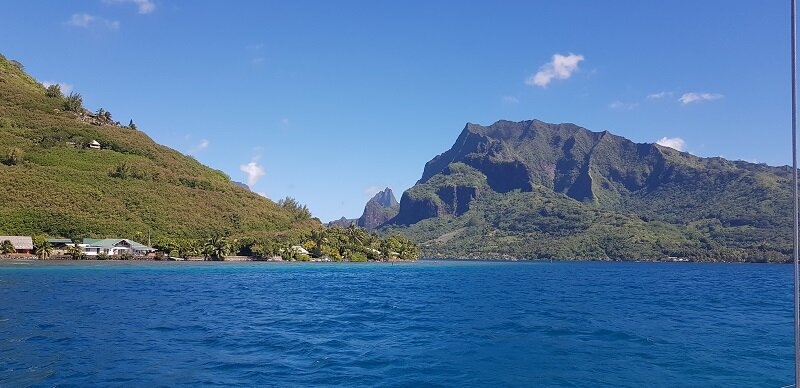 velejar no barco ilha de moorea