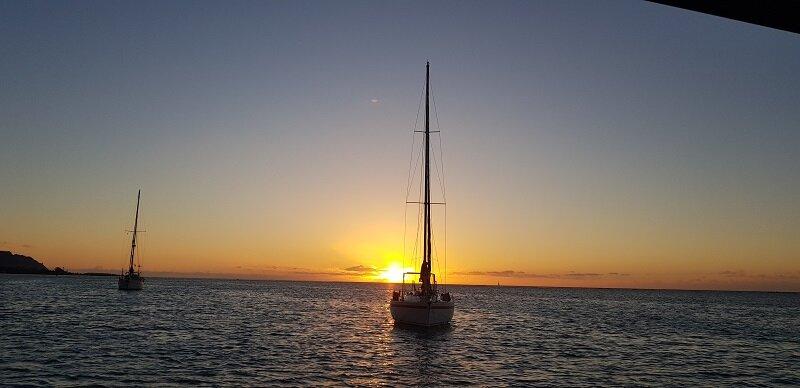 velejar na polinesia pr do sol