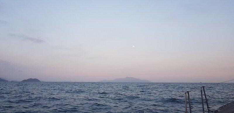 veleiro em angra luz no mar