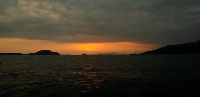 pôr do sol em veleiro em angra