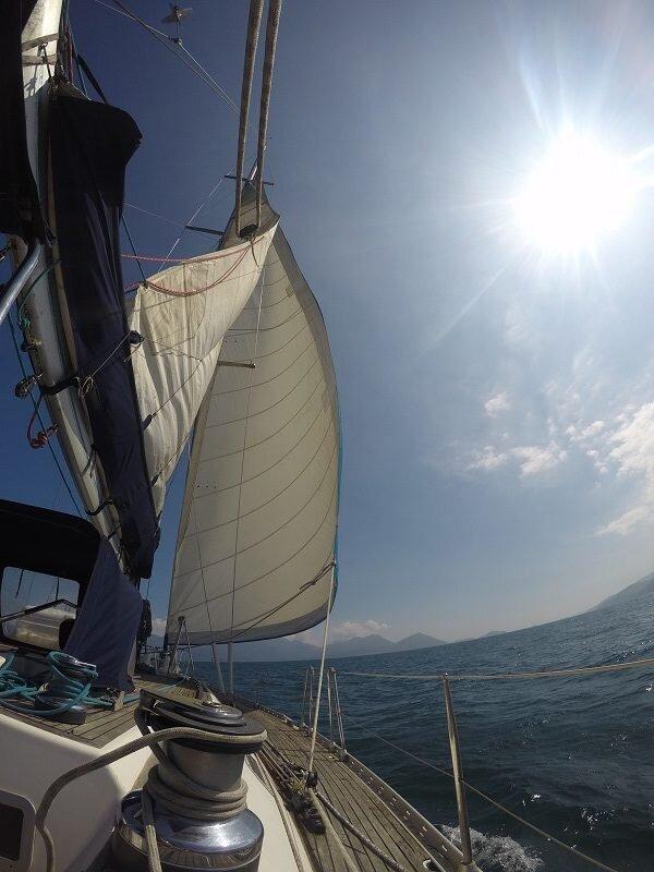 veleiro em angra velejando