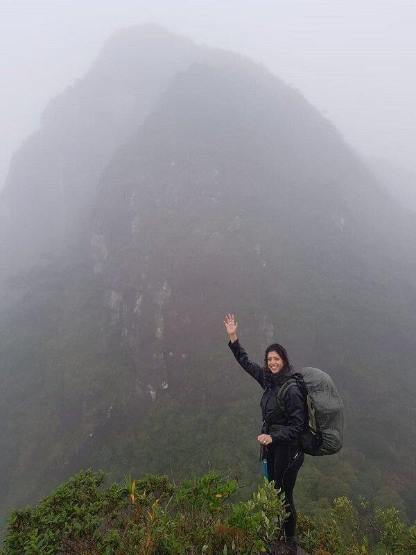 trekking do pico paraná luisa em pé montanha neblina