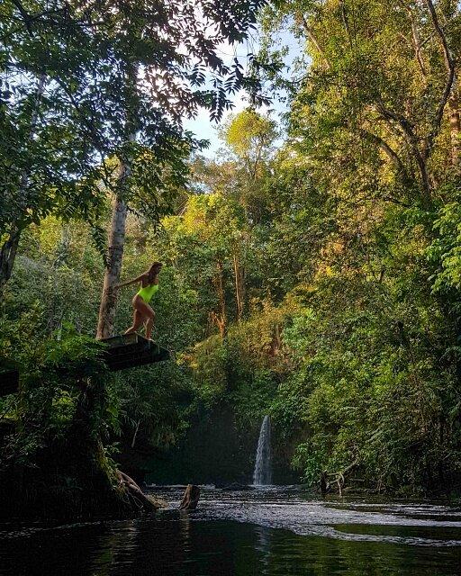 pulando na cachoeira do santuario
